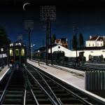 una estación de tren y una chica con vestido esperando melancólicamente al tren.