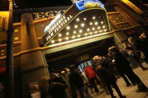 entrada del cine del festival de sundance de noche